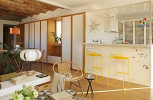 Mediterraner Wohnraum mit offener Küche und Einbauschränken