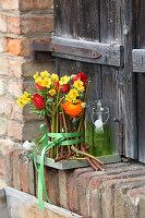 Rot-gelber Frühlingsstrauß mit Tulpen und Narzissen