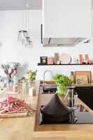 Elegante Küchentheke mit Holzarbeitsplatte und integriertem Kochfeld
