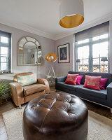 Großer brauner Sitzpouf im Wohnzimmer in Erdfarben