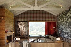 Elegantes Wohnzimmer mit Kamin und Holzverkleidung, Panoramafenster mit Landschaftsblick