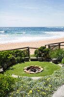 Blick vom Garten mit Feuerstelle auf das Meer
