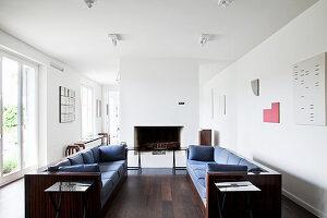 Gegenüberstehende Sofas im minimalistischen Wohnzimmer