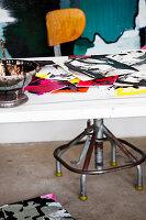 Bilder auf weißem Schreibtisch mit Vintage Drehstuhl