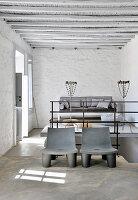 Zwei moderne Stühle vor einem Podest mit Sofa im Landhaus