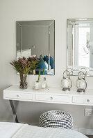 Schminktisch in Weiss mit zwei Spiegeln und Sitzpouf