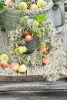 Kranz aus kleinen Äpfeln und Clematis