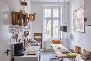 Schmale Wohnküche in einer Berliner Altbauwohnung