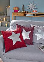 DIY-Kissen mit silbernen Sternen zu Weihnachten auf dem Sofa