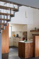 Einbauküche unter der Treppe