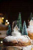 Panettone mit Weihnachtsdekoration