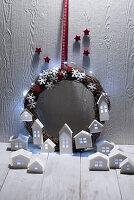 Weihnachtskranz mit Lichterkette und beleuchtete Häuschen aus Papier