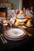 Festlich gedeckter Tisch mit Kerzenbeleuchtung im Kaminzimmer