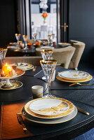 Festlich gedeckte Tische mit Kerzenbeleuchtung