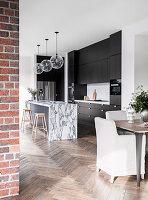 Dunkle Einbauküche, Kücheninsel mit Marmorplatte und Essbereich