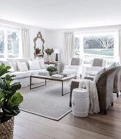 Wohnzimmer in Naturfarben mit verschiedenen Sitzmöbeln und Couchtisch
