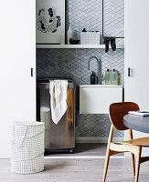 Kleiner Waschraum im Schrank mit Schiebetüren