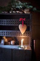 Weihnachtliches Lebkuchenherz mit rotem Band