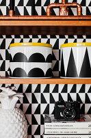 Vorratsdosen mit schwarzer Klebefolie dekoriert
