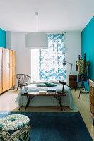 Schlafzimmer in Blau mit Vintage-Möbeln