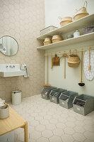 Ordentliche Waschküche in Naturtönen mit Wabenfliesen