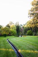 Bächlein fließt durch den Garten