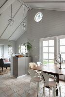 Multifunktionsraum in Naturtönen mit offener Decke im Ferienhaus