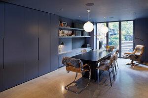 Modernes Esszimmer in Grautönen mit Schrankwand