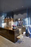 Moderne Küche mit maskulinem Material- und Farbmix
