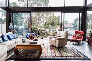 Lounge mit asiatischen Accessoires und rundum Verglasung
