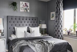 Klassisches Schlafzimmer ganz in Grau
