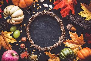 Erntedank-Dekoration mit Kranz, Herbstfrüchten, Kürbissen und Laublättern