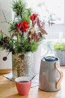 Weihnachtsstrauß mit Zwergkiefer, Lärche, roter Amaryllis, Eukalyptus