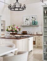 Mittelblock mit Blumenschale in heller Landhausküche