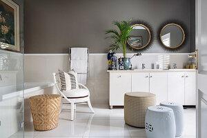 Elegantes Badezimmer mit hellen Möbeln und dunkler Wand