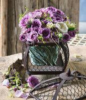 Strauß aus lila und weiß blühenden Rosen