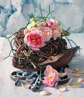 Gesteck aus Rosenblüten