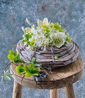 Gesteck aus Christrosen, Hasenglöckchen und Traubenhyazinthen
