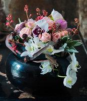 Strauß aus Rosen, Orchideen