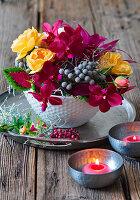 Rosen, Phalaenopsis, Schneebusch und Buntnessel