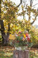 Herbststrauß in Glasschale