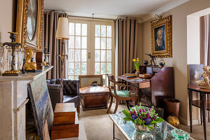 Klassisches Wohnzimmer in Brauntönen mit Antiquitäten