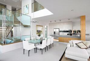 Luxuriöses Haus mit offenem Wohnraum auf mehreren Ebenen