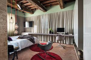 Modernes Schlafzimmer mit Schreibtisch im rustikalen Haus