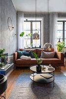 Braunes Ledersofa im maskulinen Wohnzimmer in gedeckten Farben