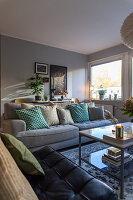 Gemütliches Wohnzimmer mit vielen Kissen auf dem Sofa