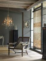 Nostalgischer Stuhl mit Wiener Geflecht im eleganten Wohnzimmer