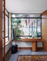 Moderner Eingangsbereich mit verglastem Windfang