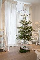 Nostalgisch geschmückter Weihnachtsbaum auf einem Hocker