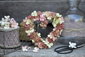Blütenherz aus Fetthenne und Hortensienblüten